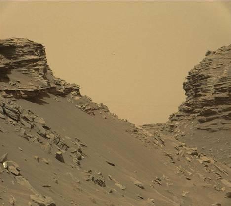 Vuoden 2016 ensimmäisellä puoliskolla Curiosity tutki Stimsonin muodostelmaksi nimettyjä hiekkakivitorneja ylittäessään Naukluftin tasankoa. Nasan mukaan vaikuttaa siltä, että muodostelmat ovat syntyneet tuulen ja hiekan hiottua hiekkakiveä.
