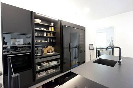Tummien keittiöiden pitkään jatkunut trendi näkyy kohteessa 6.
