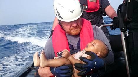 Vauvan ruumista kuvassa käsivarsillaan kannatteleva saksalainen Martin kertoo olevansa itsekin kolmen lapsen isä.