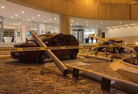 Hotel Emporion parkkipaikalla vaurioituneita autoja.