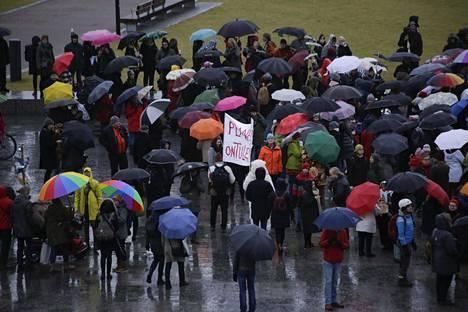 Poliisin mukaan Silakkaliikkeen mielenosoittajia oli paikalla 800–1000 henkeä.