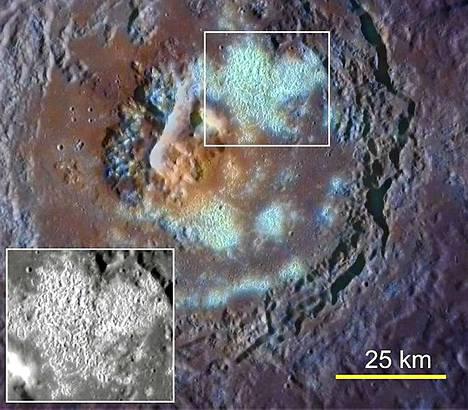 Lähes sadan kilometrin laajuisessa Tyagaraja-kraatterissa on suuri määrä toisiinsa limittyviä vajoamia. Punainen väri osoittaa kraatterista purkautunutta kiveä.