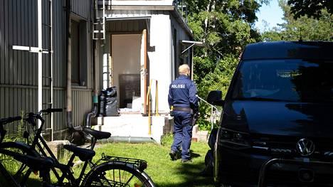 Poliisit tekivät rikospaikalla tutkintaa sunnuntaina.
