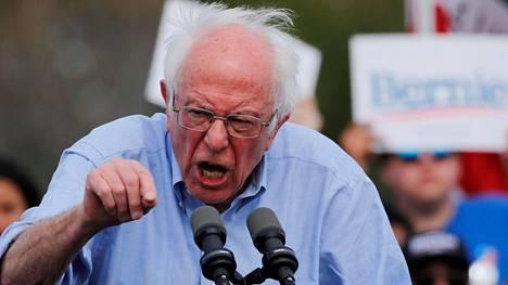 Bernie Sanders kampanjoi perjantaina Kalifornian Santa Anassa.