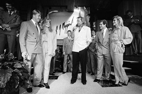 Peter Nygård (kesk.) järjesti juhlat Suomen jääkiekkomaajoukkueelle Torontossa 31. elokuuta 1991. Nygård lahjoitti mannekiinien yllä olevat vaatteet Jari Kurrille (vas) ja Esa Tikkaselle (oik).