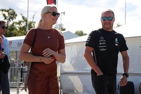Emilia ja Valtteri hymyilivät onnellisen näköisinä Italian Grand Prix -kilpailussa syyskuun 8. päivä.