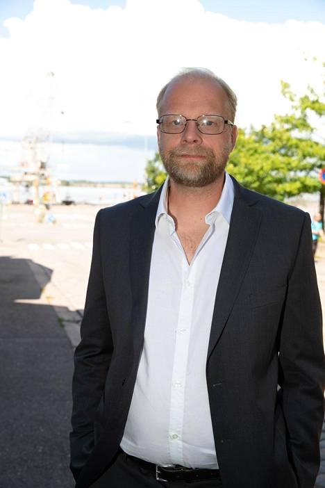 Mukana elokuvassa on myös Ville Myllyrinne, joka tunnetaan lukuisista televisio-ohjelmista ja elokuvista. Hänet on palkittu Venlalla 2011 Ketonen & Myllyrinne -komediasarjasta. Myllyrinne työskentelee myös koomikkona.
