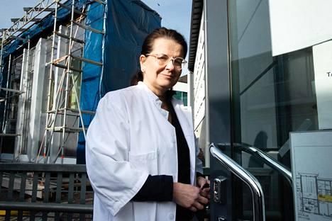 HUSin apulaisylilääkäri Eeva Ruotsalainen kertoo pitävänsä koronan toista aaltoa todennäköisenä.
