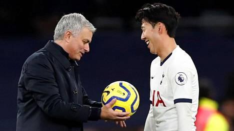 Jose Mourinho ja Heung-Min Son olivat yhtä hymyä, kun Tottenham murkasi Burnleyn 5–0.