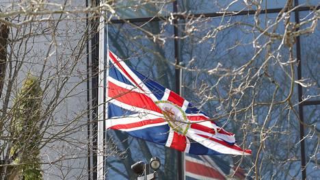 Iso-Britannia suurlähetystö laski lipun suruliputukseen.