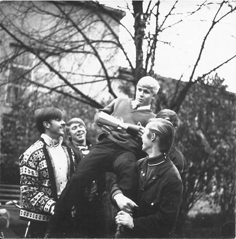 Tässä juhlitaan Ari Kurkon SM-kultaa 1969. Pertti Vainikka (vas.), Raimo Halvorsen ja Jouni Silvennoinen.