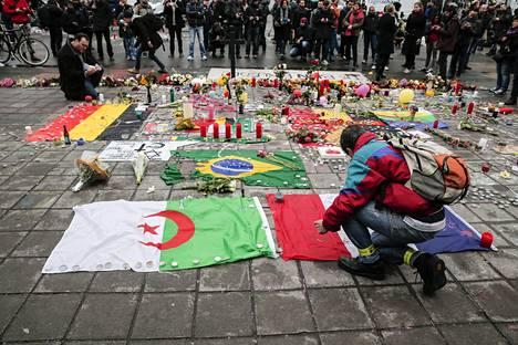 Brysselissä muistettiin keskiviikkona edellisen päivän terrori-iskuissa surmansa saaneita.