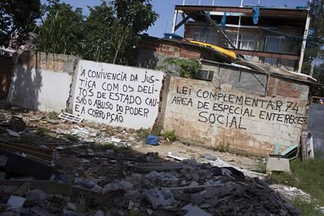 Vila Autodromon tuhottujen talojen seinissä vedotaan oikeuteen ja moraalin vallan väärinkäyttöä ja korruptiota vastaan.