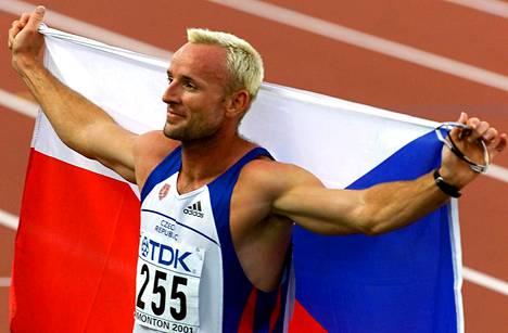 Tomas Dvorak tuuletti kolmatta peräkkäistä MM-kultaansa Edmontonissa 2001.