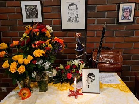 Muistopöytä täyttyi kukista.