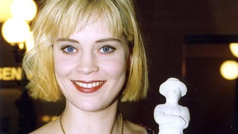 Tiina Lymi nousi valokeilaan jo ensimmäisestä pääroolistaan kohuelokuvassa Akvaariorakkaus (1993). Suoritus palkittiin naispääosan Jussilla. Kuva alkuvuodelta 1994.