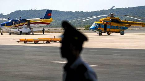 Etsintäkoneita vietnamilaisen Phu Quocin saaren lentokentällä maanantaina.