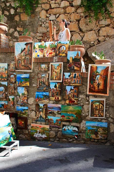 Kaduilta voi ostaa taidetta matkamuistoksi.