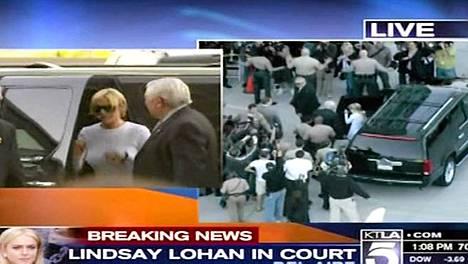 Lindsay Lohan saapui oikeuteen valtavan mediakohun saattelemana.