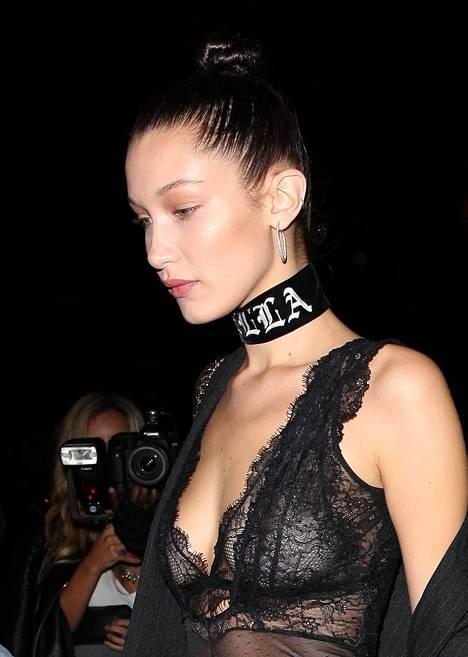 Bella Hadid kantaa sliipatun nutturansa asun kuin asun kanssa.