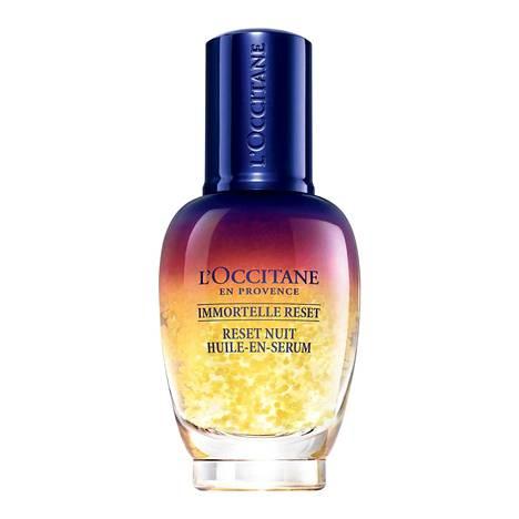 L'Occitane Immortelle Overnight Reset Serum lupaa kiinteyttää ja vähentää väsymyksen merkkejä, 59 € / 30 ml.
