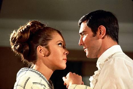 Bond-tyttönä nähtiin Diana Rigg.