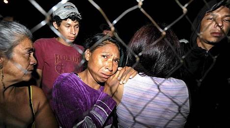 Omaiset odottivat epätoivoisina vankilan ulkopuolella.