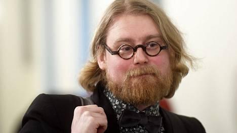 Pauli Rautiainen eduskunnassa menossa sosiaali- ja terveysvaliokunnan kokoukseen kuultavaksi 7. maaliskuuta 2019.