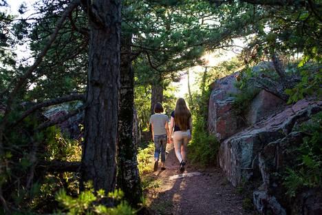 Sileät kallioluodot ja vehmaat lehtoniityt tarjoavat upeat puitteet luonnon rauhaa kaipaavalle.