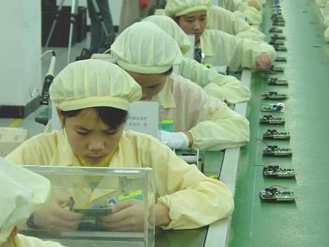 Kiinalaiset kännytehtaat ovat pienipalkkaisten naisten valtakuntaa.
