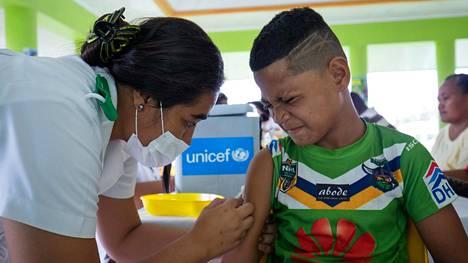 Pojalle annetaan rokotusta Samoalla 2. joulukuuta.