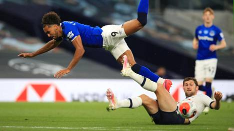 Evertonin Dominic Calvert-Lewin sekä Tottenhamin Ben Davies.