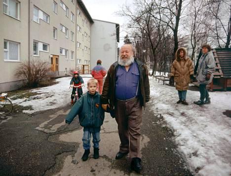 Isä ja poika kotitalon eli Vuorenpeikontie 3 A:n pihalla 1990-luvun puolimaissa.