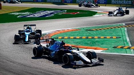 Yleisö ja toiset F1-tallit pääsivät kurkistamaan Williamsin ohjaamoon.