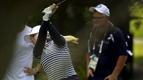 Valmentaja Petteri Nykky (oik.) seurasi Matilda Castrenin valmistautumista golfkilpailuun Tokiossa.
