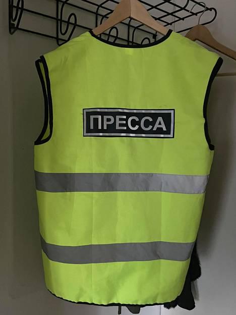 Erkka Mikkosella ja hänen kuvaajallaan Grisha Vorobjovilla oli Moskovan mielenosoituksessa yllään tällaiset huomioliivit, joita toimittajat käyttävät jo nykyisin Venäjällä yleisesti viranomaisten pyynnöstä.