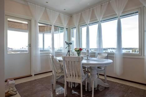 OULU: kerrostalo 5h + k + s 172 neliötä, myyntihinta 1 186 000 euroa. Kauppurienkadun varren kerrostalon kattohuoneistosta on näkymät sekä merelle että kapungin keskustaan kauppatorille.