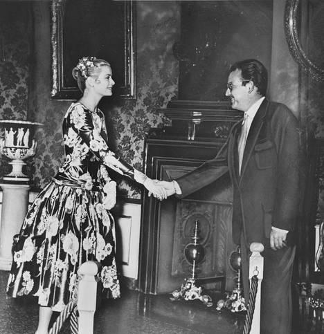 Grace Kelly tapasi Rainierin ensimmäistä kertaa 1955.