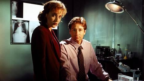 Tältä Dana Scully (Gillian Anderson) ja Fox Mulder (David Duchovny) näyttivät 90-luvun alussa.