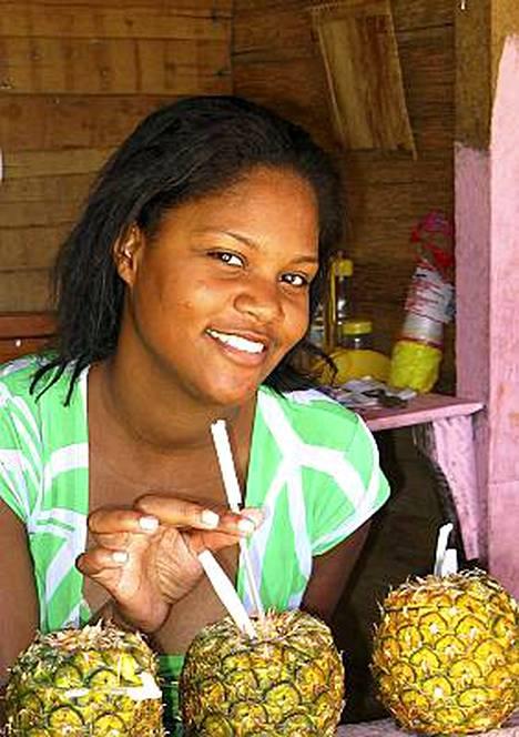 Ensi talvena Karibialle ja muualle Amerikkaan. Pina coladaa tarjoilee neito Dominikaanisen tasavallan Samànassa.