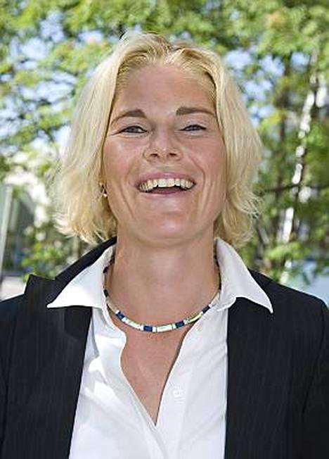 Merikukka Forsius on kihlautunut Vihdin kunnanjohtajan Petri Härkösen kanssa.