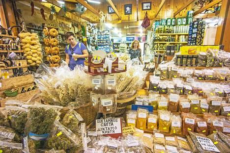 Kreetalaisista oliiveista jalostetuiden voiteiden, öljyjen ja kosmetiikan kirjo on laaja Iraklionin Odos 1866 -torikadulla.