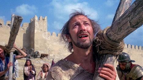 Monet kristityt etujärjestöt näkivät Brianin elämän pilkkaavan Jeesusta, vaikka elokuvan päähenkilö on aivan tavallinen heppu Brian (Graham Chapman).
