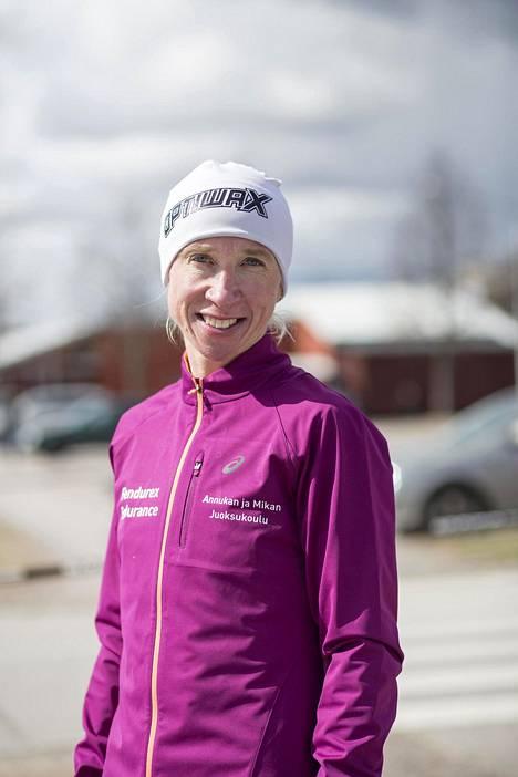 Takavuosien tähtijuoksija Annemari Kiekara on Pariisin EM-kisojen aikaan jo 43-vuotias.