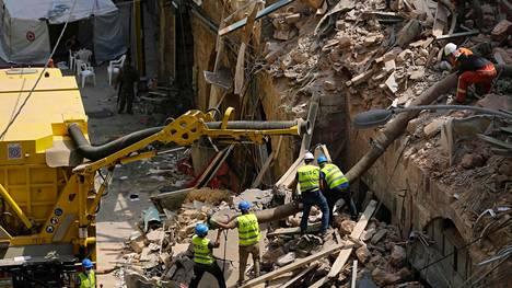 Beirutissa yritetään etsiä talon raunioista mahdollista henkiinjäänyttä.