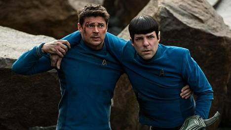 Komentaja Spockin (Zachary Quinto) ja tohtori McCoyn (Karl Urban) välinen sanailu pitää yllä Star Trek Beyondin rentoa seikkailuhenkeä.