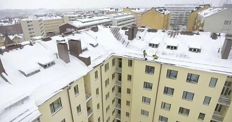 Jääpuikot hakataan irti muovisella nuijalla, jotta katto ei vaurioidu.