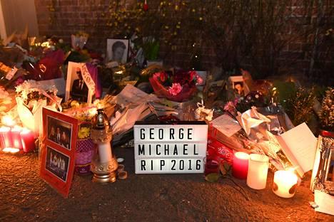 Murtuneet fanit jättivät viestejä Michaelin kodin eteen.