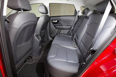 Takaistuimella on yllättävän hyvin jalkatilaa. Tässä kuljettajan istuin on säädetty noin 170-senttiselle henkilölle sopivaksi. Istuimien puolinahkaverhoilu sisältyy kahteen keskimmäiseen varustetasoon, ylimmässä on täysnahkaverhoilu. Takaistuin on levymäisen tasainen, ja hybridiakku sijaitsee sen alla.