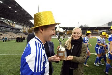 Linda Ruutu otti viime kauden päätteeksi vastaan HJK:n voittaman mestaruuspokaalin sisäministeri Maria Ohisalolta.